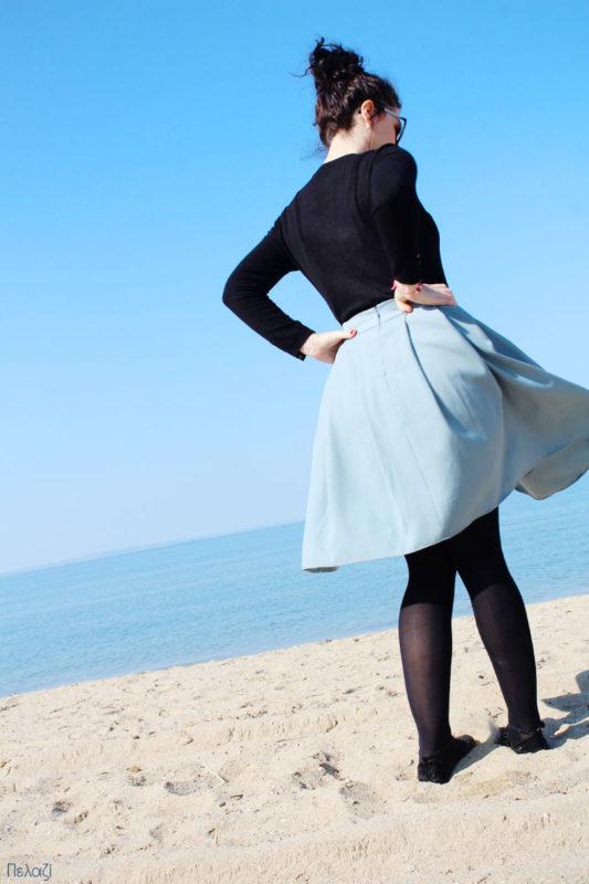 Γαλάζια φούστα στην παραλία