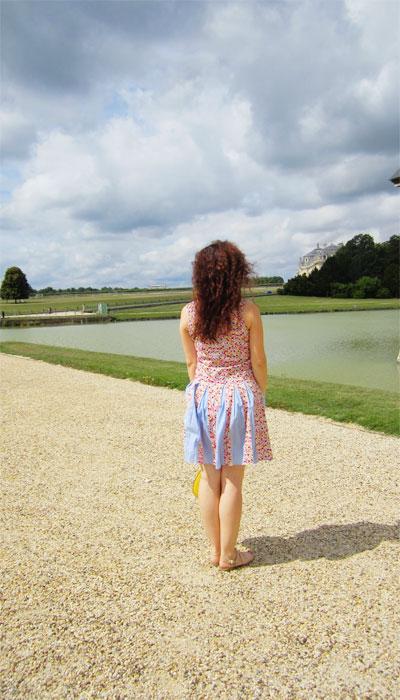Εμπριμέ φόρεμα στο κάστρο Σαντιγύ