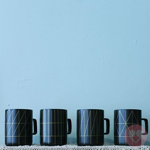 Μαύρη κεραμική κούπα με χρυσά γεωμετρικά σχέδια