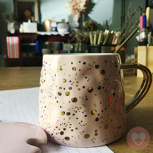 Κεραμική κούπα με καπάκι και κουταλάκι και χρυσές λεπτομέρειες
